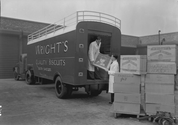 Laden von Wright's Biscuits in Newcastle-on-Tyne; interessant die Kartonaufschriften: Hamburg und Rangoon; Quelle: wikimedia.commons; Packing Wrights Biscuits.jpg